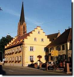 Das Eichstetter Rathaus, im Hintergrund die Ev. Kirche